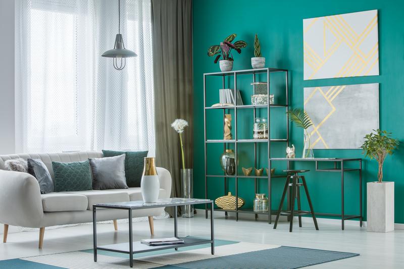 groene muur en groene meubels