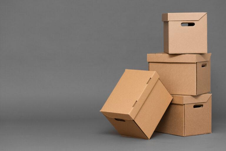 kartonnen dozen in huis