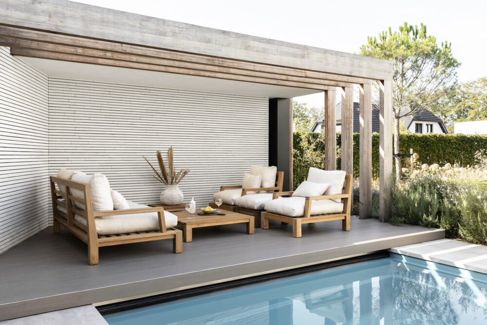 houten loungestoelen voor in de tuin